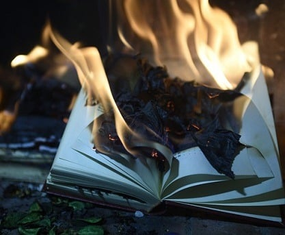 Bücherverbrennung als übliches Herrschaftsmittel in Dystopien wie Fahrenheit 451.