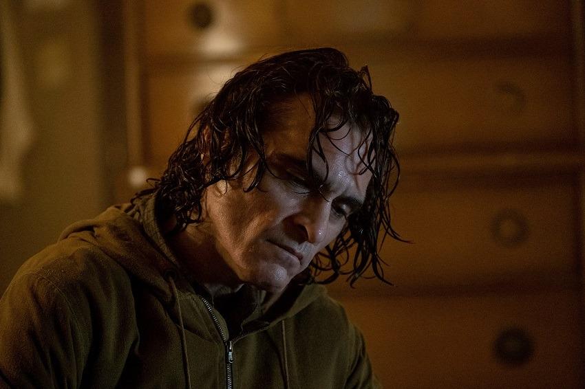 Joaquin Phoenix aungeschminkt in Joker