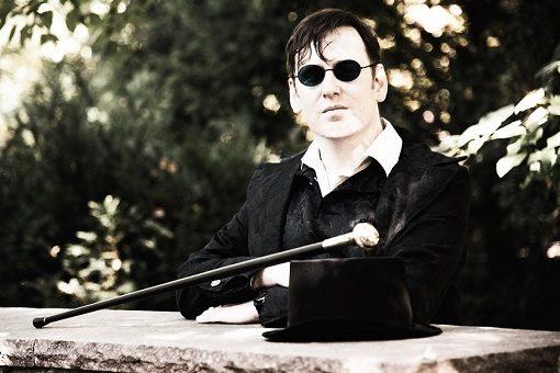 Marius Tahira, posend mit Zylinder und Sonnenbrille
