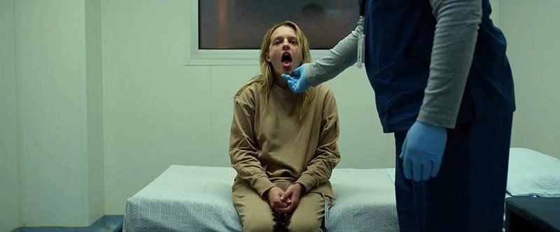 Der Unsichtbare: Cecilia muss in der Psychiatrie durch Rausstrecken der Zunge beweisen, dass sie ihre Tabletten geschluckt hat.