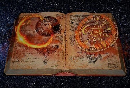 Mysteriöses Buch mit Flammensymbolen, in denen viele Horror-Tests stehen