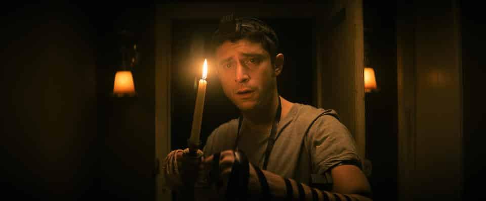 """Filmszene aus """"The Vigil"""": Yakov mit Kerze."""