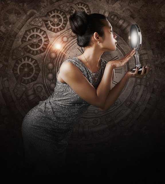 Nerd-Frau schaut in einen Handspiegel