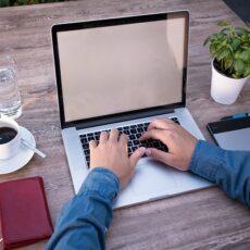Mainstream-Verlage: Autor schreibt am Laptop an seinem Manuskript