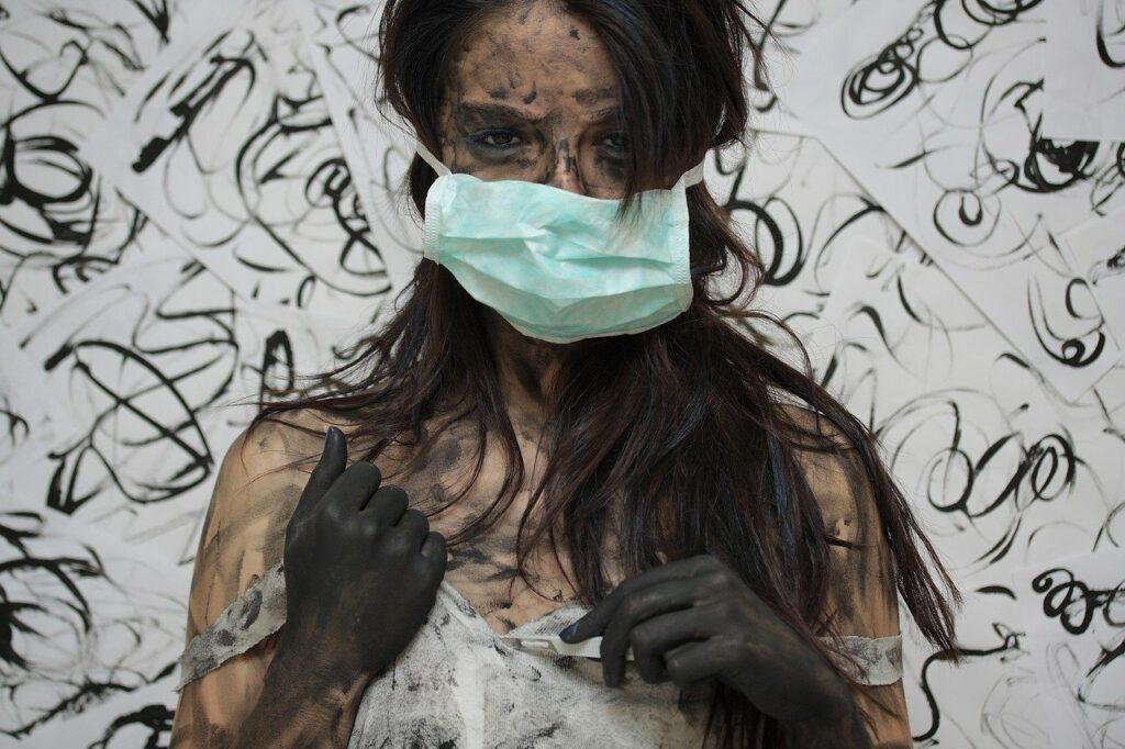 Frau mit Mundschutz: Heilkundler schimpfen oft auf sie, wollen aber auch zu den Mainstream-Autoren gehören.