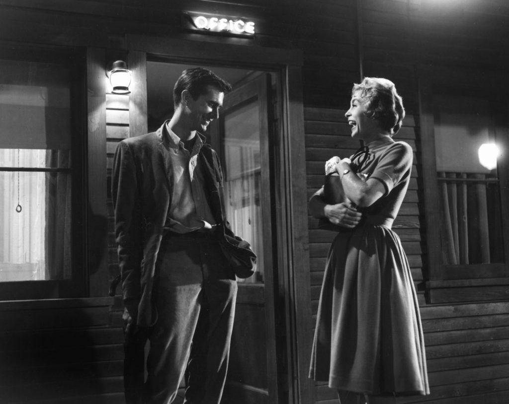 """Anthony Perkins als Norman Bates und Janet Leigh als Mary Crane im Film """"Psycho""""."""