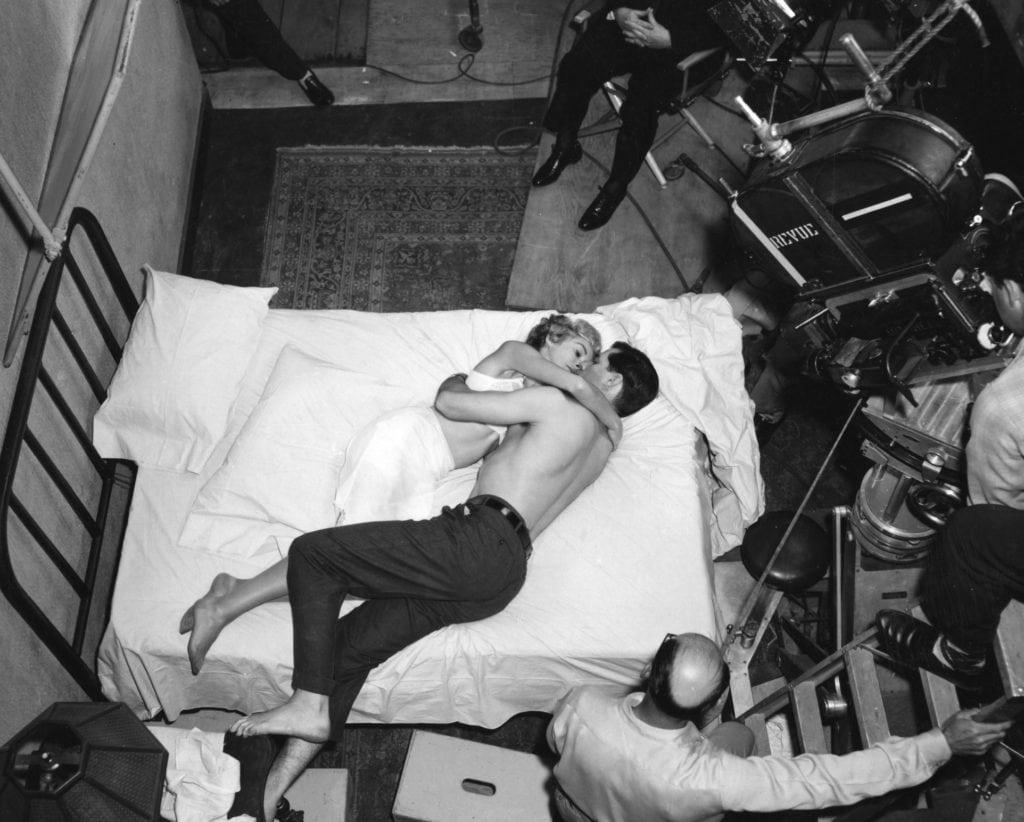 """Die Schauspieler Janet Leigh und John Gavin gemeinsam im Hotelbett in der Eröffnungsszene von """"Psycho""""."""