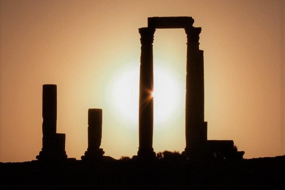 Säulen einer Wüstenruine im Sonnenuntergang