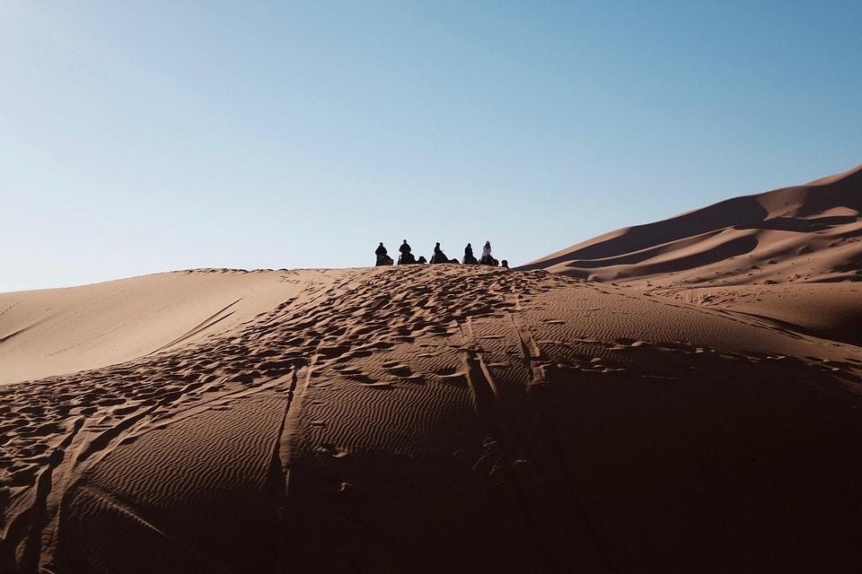 Stadt ohne Namen verborgen im Sand der arabischen Wüste